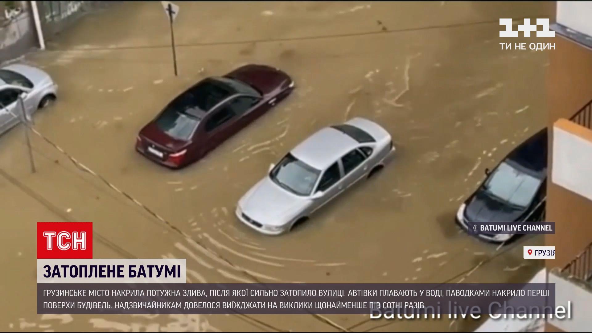 Улицы в Батуми превратились в потоки грязной воды / скриншот из видео