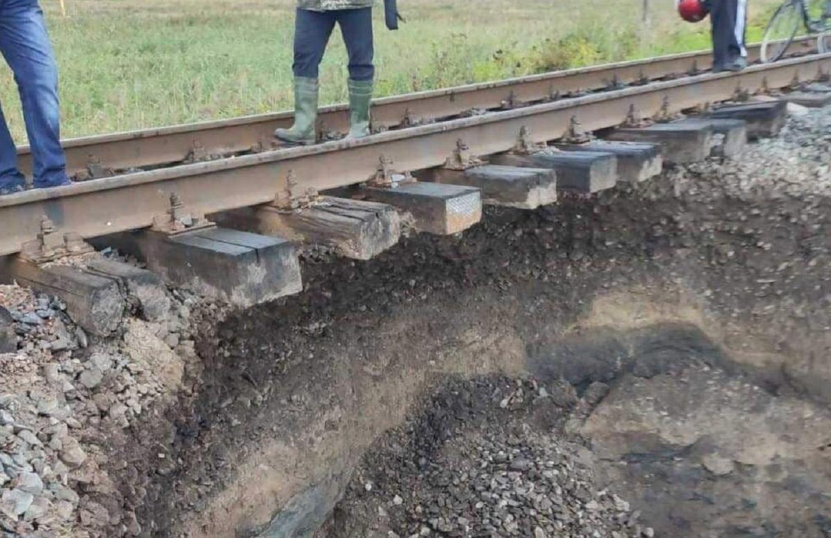 ПоїздЧернігів - Чернівці через обвал затримуватиметься на дві години / фото t.me/UkrzalInfo