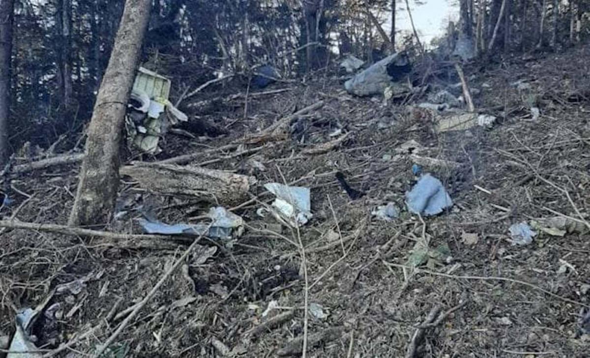 Уламки літака розкидані на кілька сотень метрів / фото t.me/breakingmash