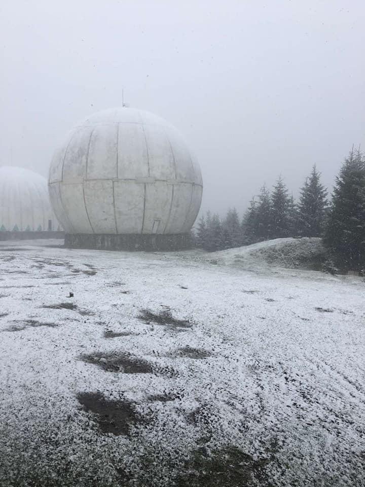Гору Томнатик притрусило снігом / фото Міка Слусаряк, Facebook