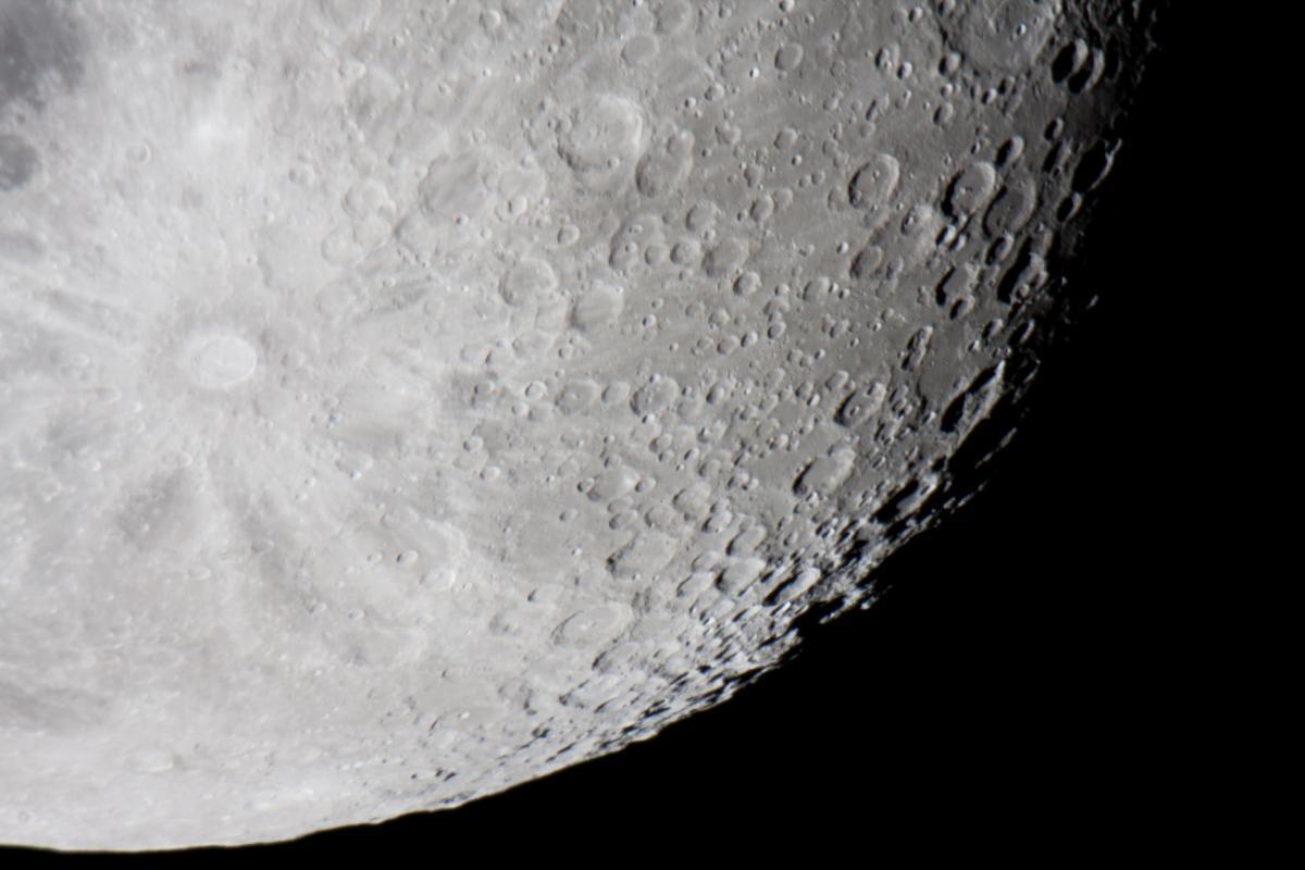 Кратер Тихо розташований у південній частині видимої сторони Місяця / фото ua.depositphotos.com