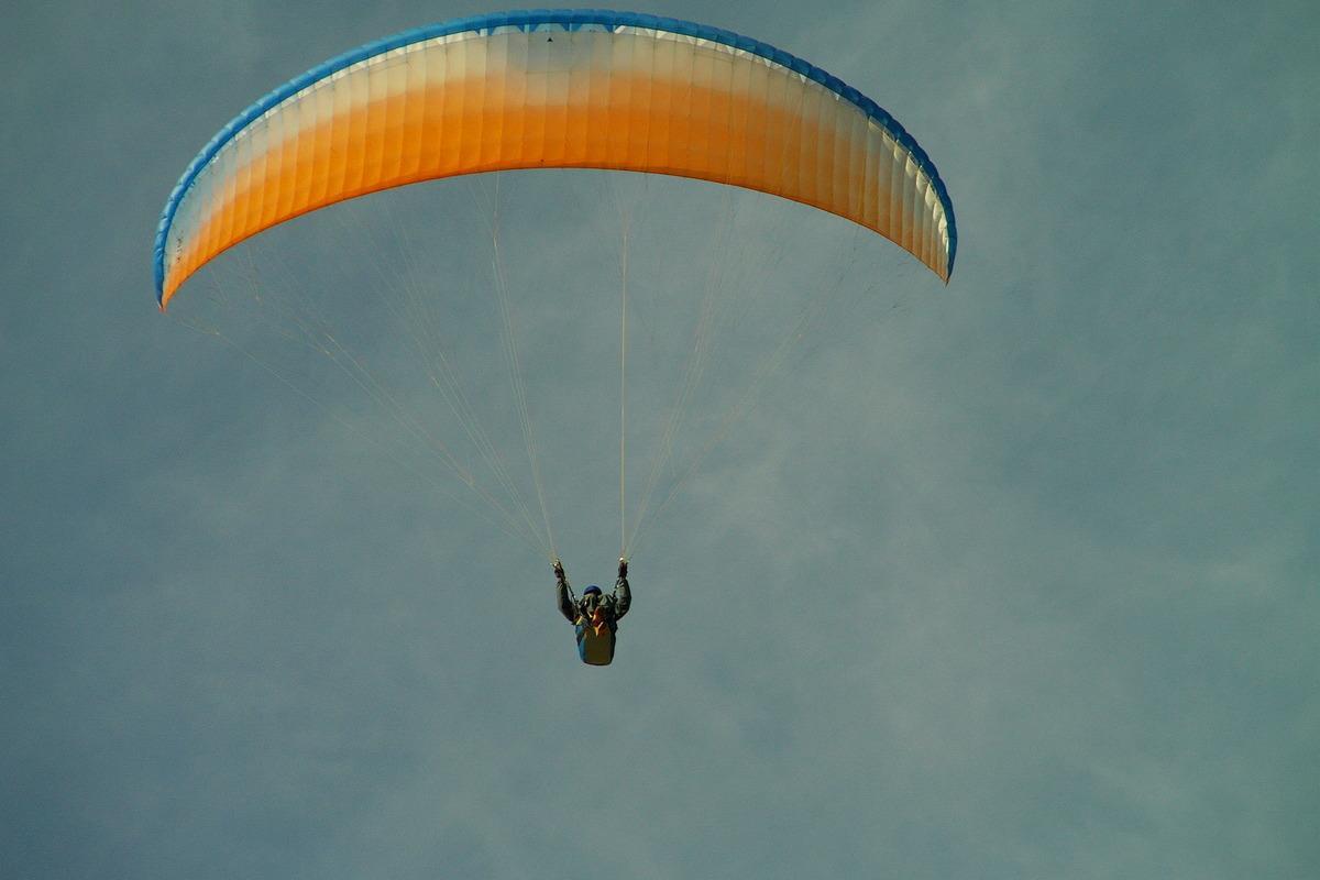 Парашютисты летали над Москвойи приземлились прямо на дорогу, поделился очевидец/ flickr.com/impuls-f