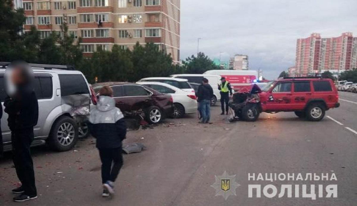 Парень за рулем джипа протаранил припаркованные авто, выезжая на трассу / фото Национальной полиции
