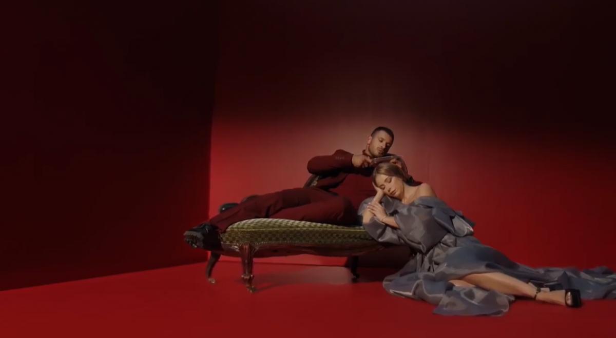 Лорак в роскошном платье, в кадре у нее вонзили кинжал / Скриншот
