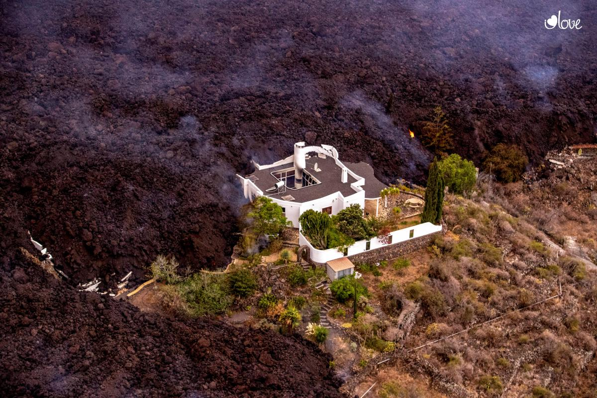 Багато будинків на острові Ла Пальма виявилися похованими під шаром остиглої лави та попелу / REUTERS