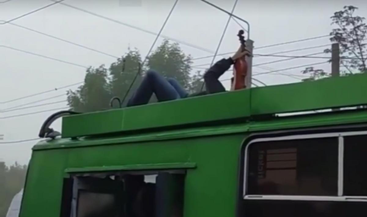 Пареньустроил концерт на крыше троллейбуса / скриншот