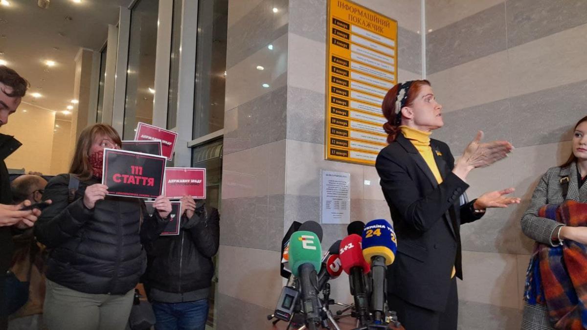 Активісти стояли із плакатами/ фото УНІАН, Дмитро Хилюк