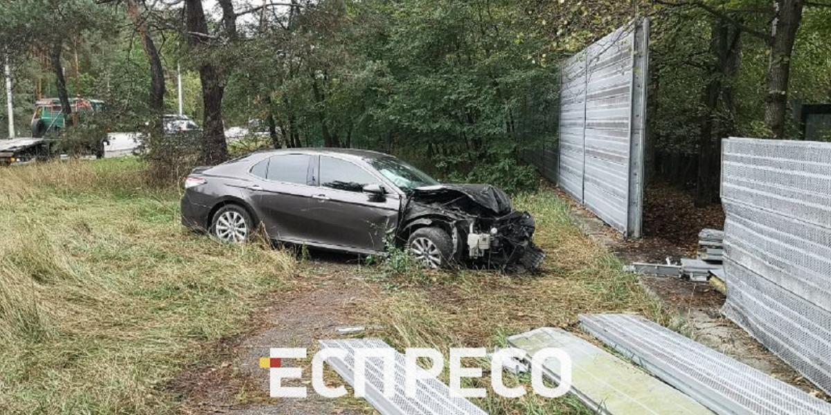 В результате столкновения пострадали только автомобиль и забор / espreso.tv