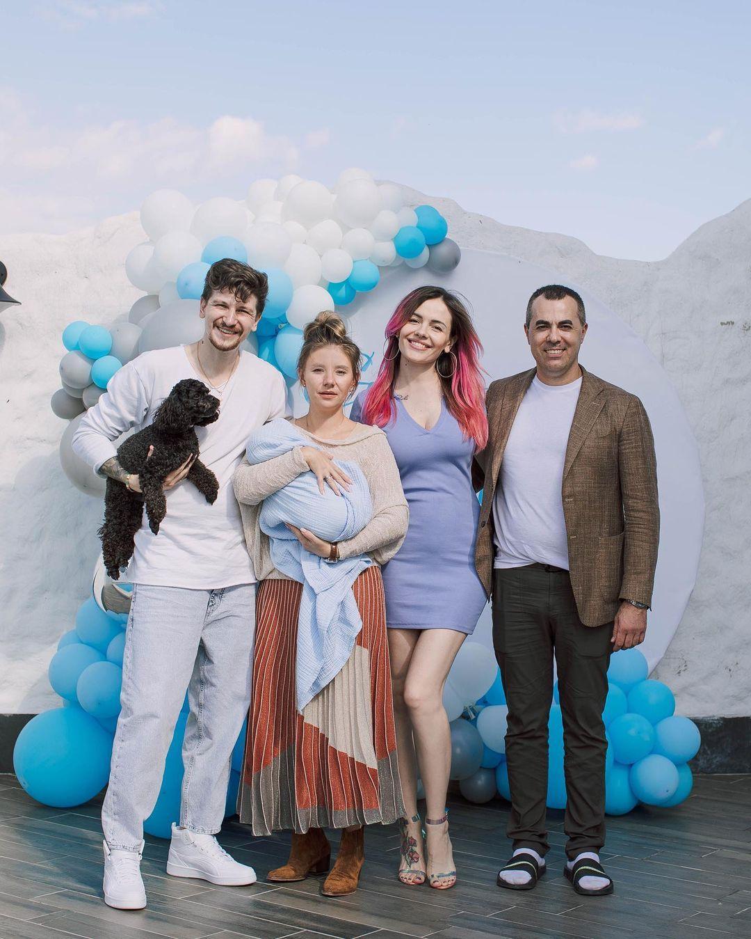 MamaRika с сыном, мужем и кумовьями / фото instagram.com/mamarika_official