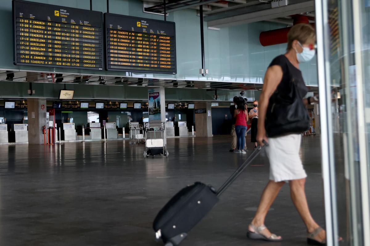 Через великий вміст попелу в повітрі на острові зупинили авіасполучення \ фото REUTERS