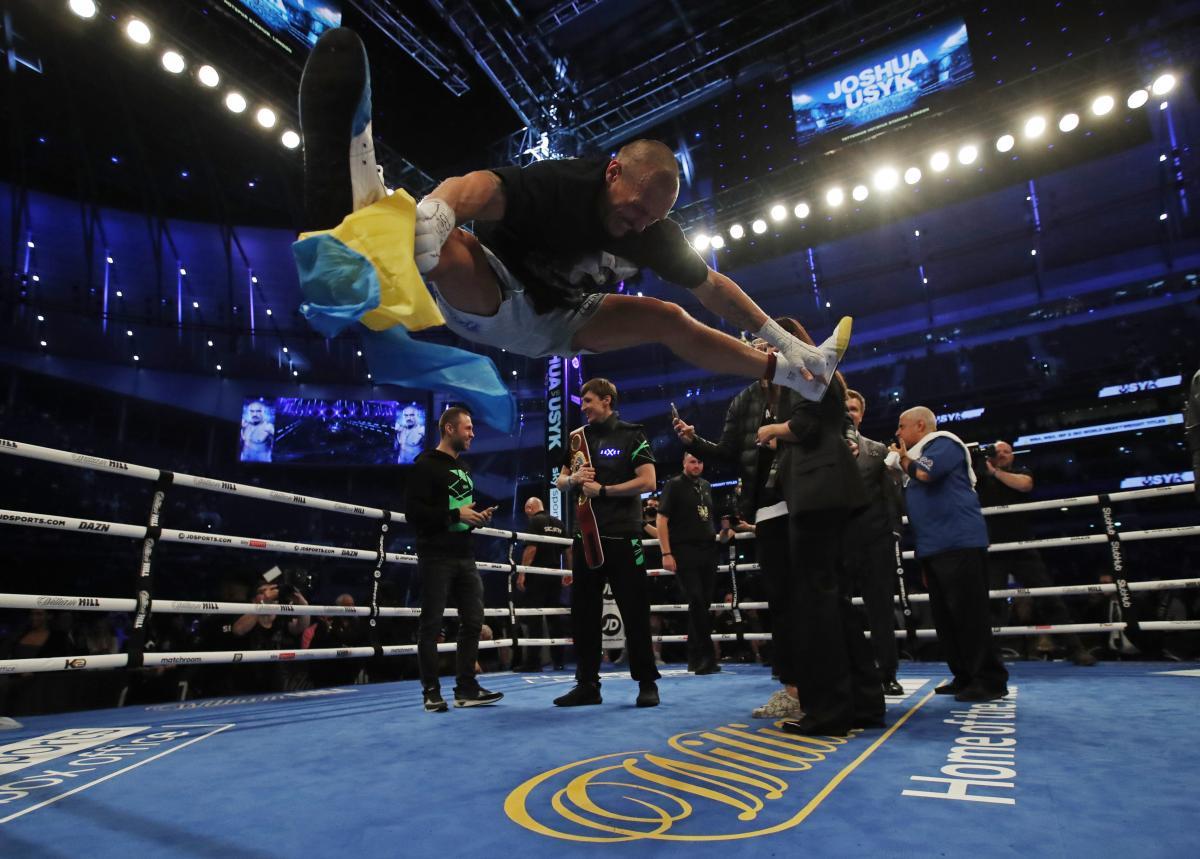 Александр Усик станцевал победный гопак на ринге / фото REUTERS