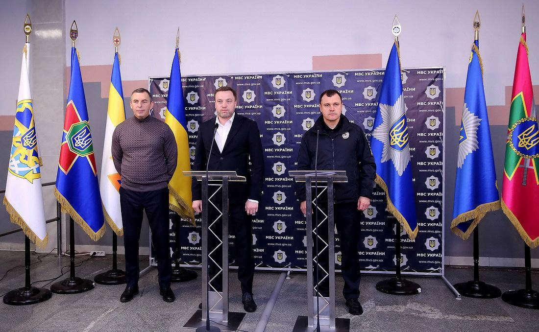 Сергій Шефір (зліва) дещо ніяковіє від телекамер/ фото REUTERS