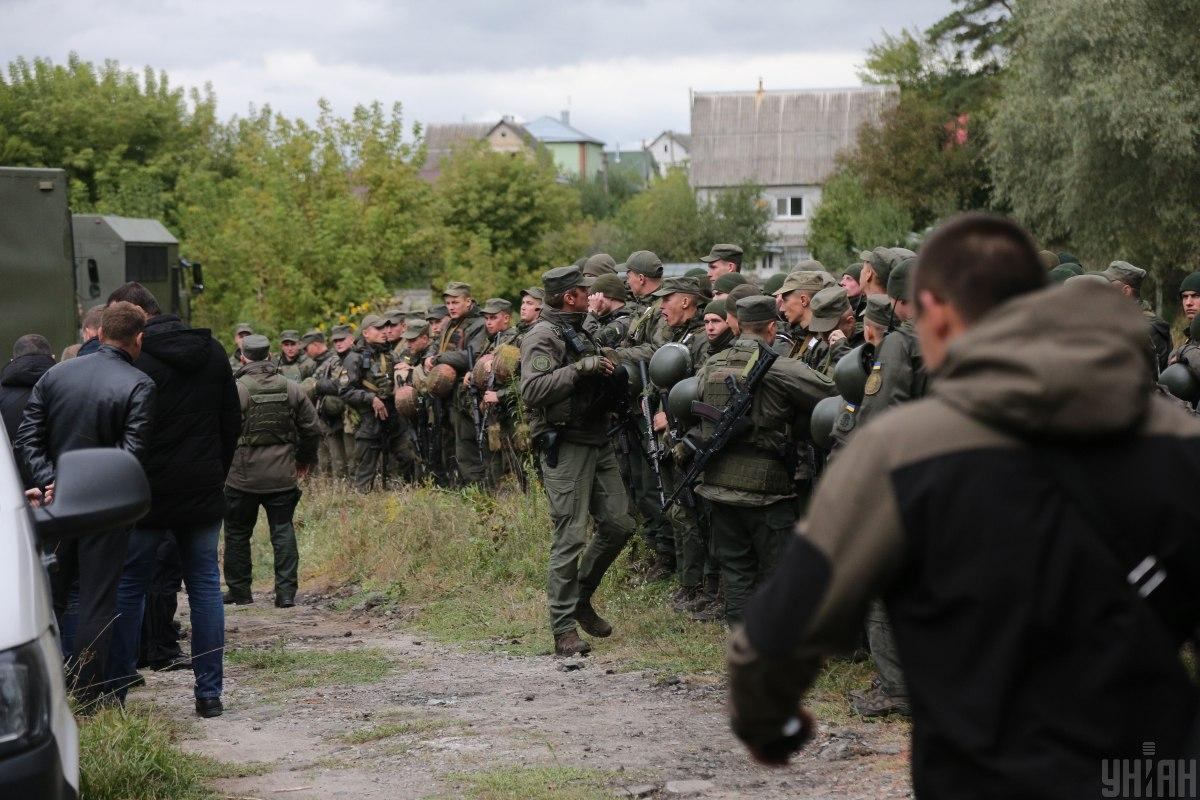 Ділянку навколо місця замаху кілька днів прочісувала ціла армія копів і нацгвардії / фото УНІАН, Віктор Ковальчук