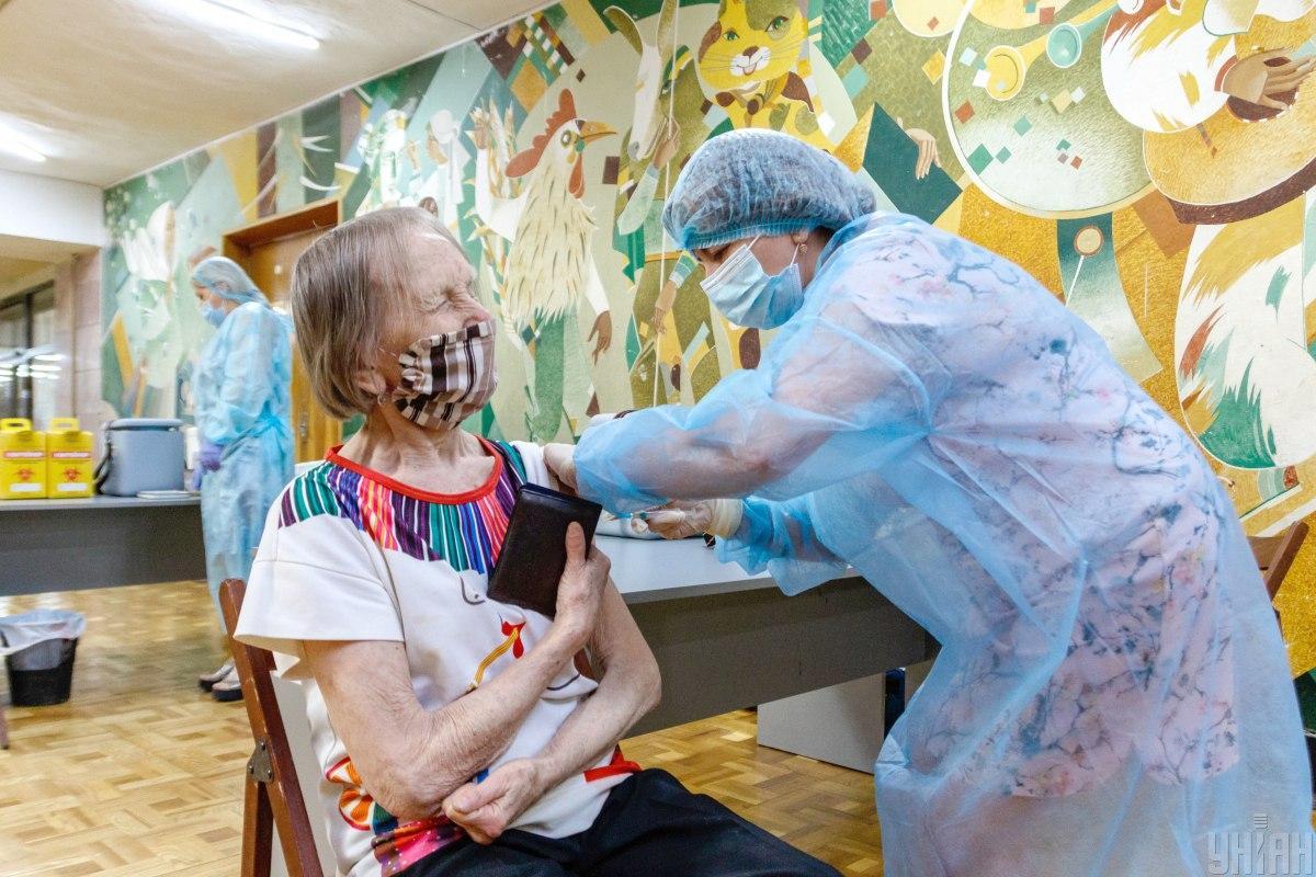 В Україні почнуть вакцинувати пенсіонерів прямо у відділенні Укрпошти / фото УНІАН, Янош Немеш