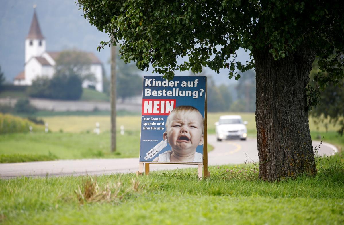"""""""Дети на заказ? Нет донорству спермы и брака для всех"""", - написано на плакате / фото REUTERS"""
