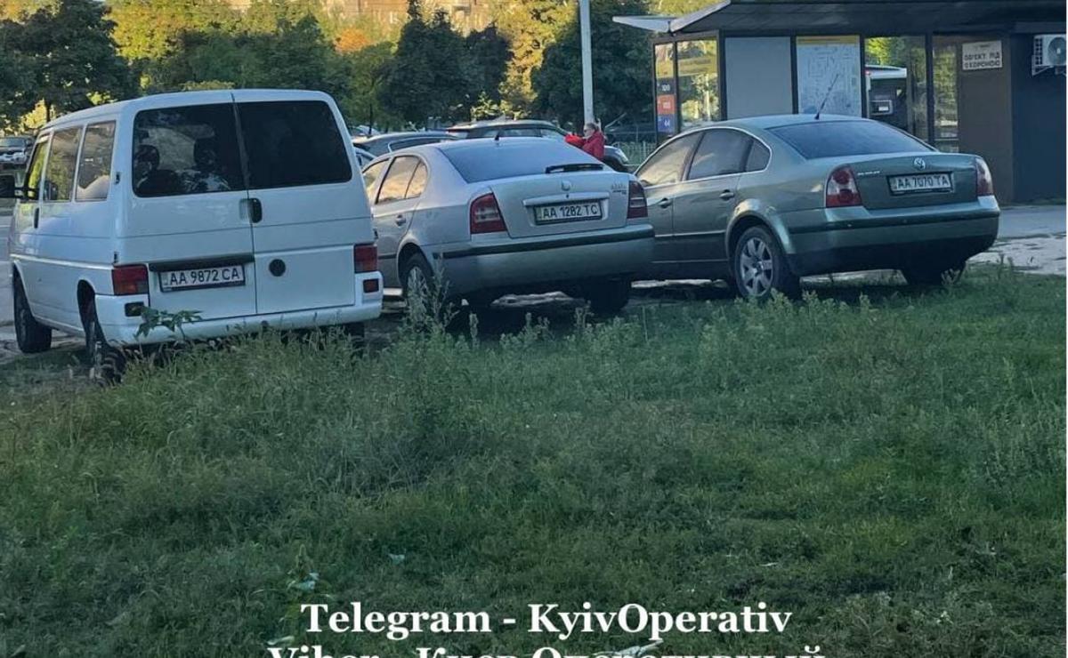 Так паркуются на столичной Оболони / фото: Киев Оперативный