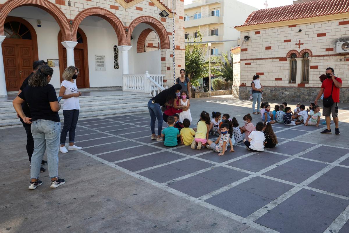 Після землетрусу всіх дітей вивели зі шкіл / фото REUTERS