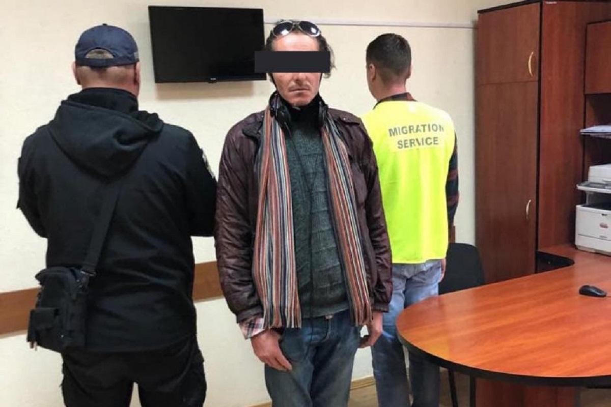 Сначала мужчина ночевал в подземном паркинге / фото - Миграционная служба Львовской области
