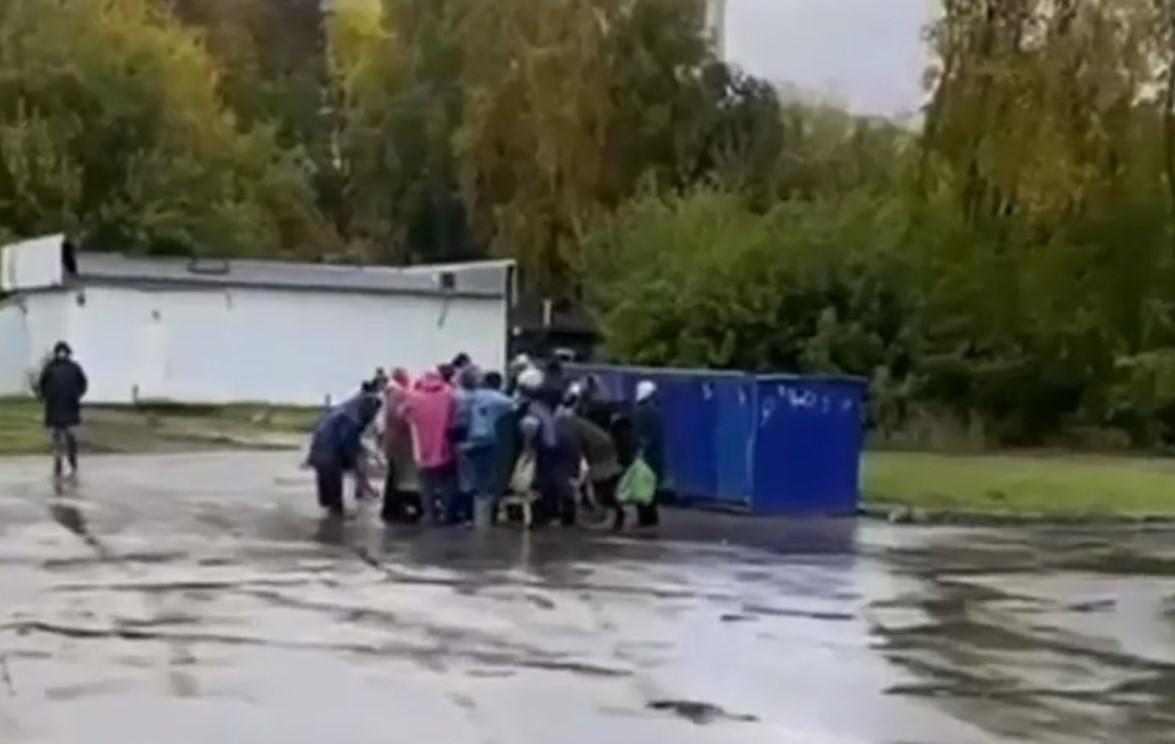 У Новосибірську пенсіонери влаштували бійку через прострочення / скріншот