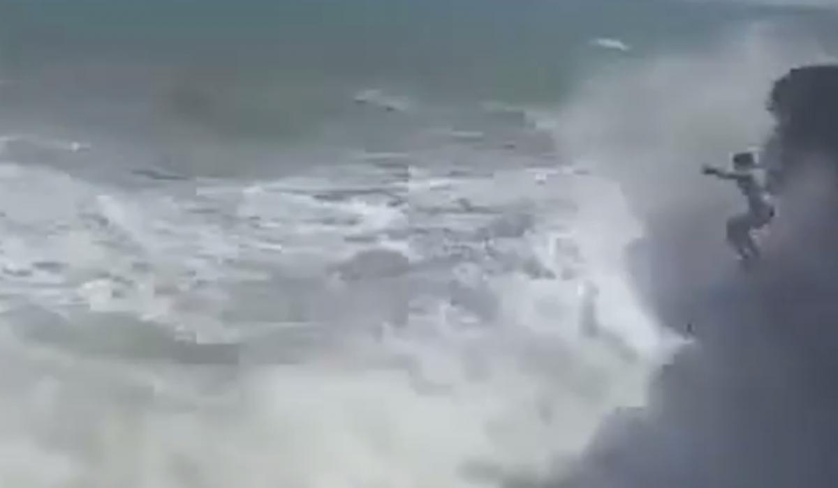 Дівчина стрибнула зі скелі у море під час шторму, друг намагався врятувати її / скріншот