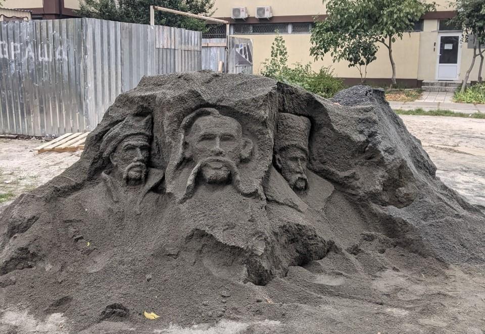Из измельченных камней в Киеве создали образы Богдана Хмельницкого, Ивана Сирко и Тараса Шевченко / фото facebook.com/DVisti