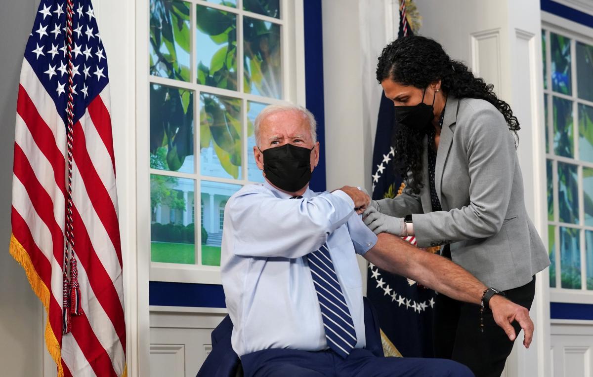 Джо Байден получил третью вакцину от коронавируса / фото REUTERS