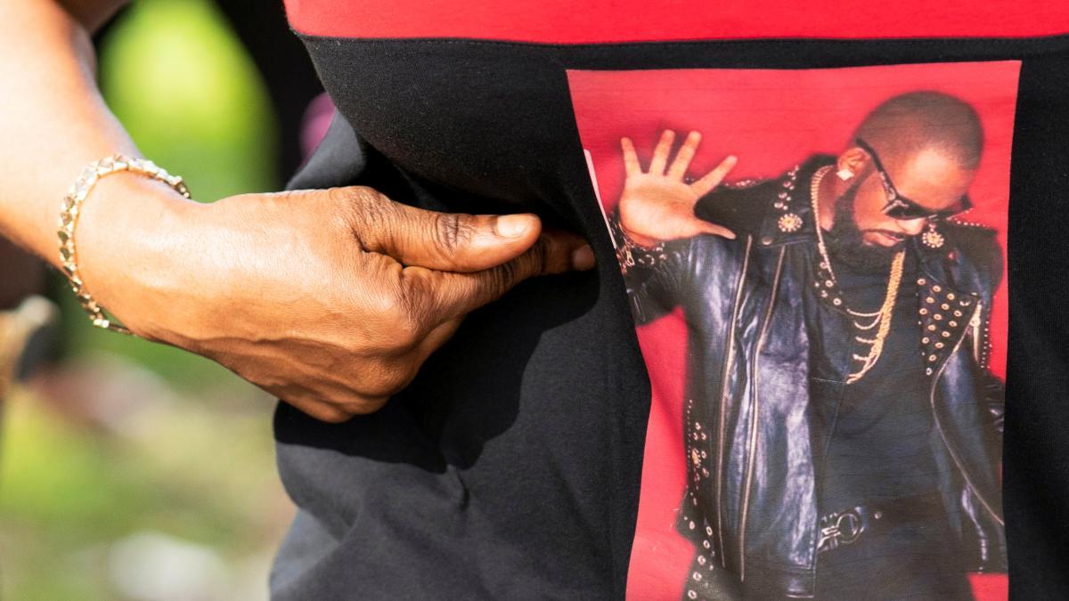 Ар Келлі визнали винним у насильстві над фанатами і фанатками / фото REUTERS