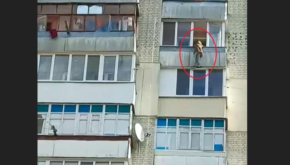 Женщина перелезла через перила и готовилась прыгать, но потом передумала / фото patrol.police.gov.ua