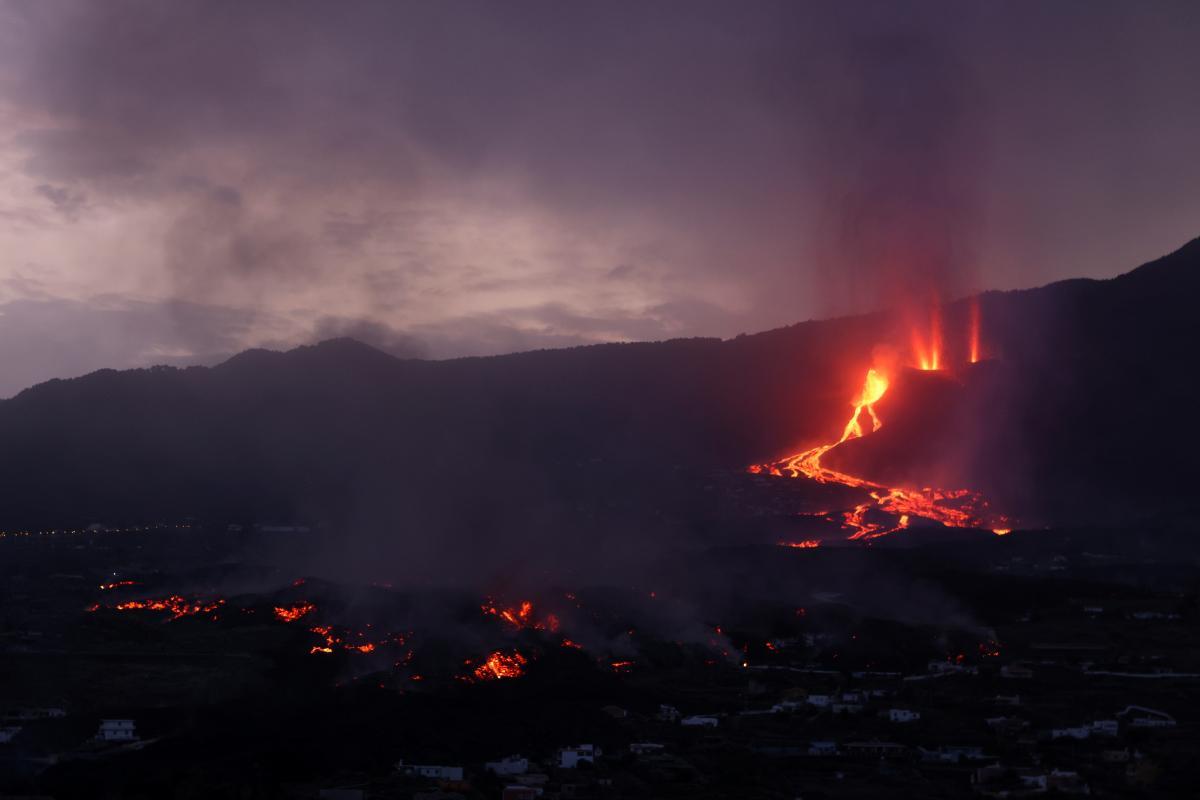 На Канарах продовжує вивергатися вулкан Кумбре-В'єха / фото REUTERS