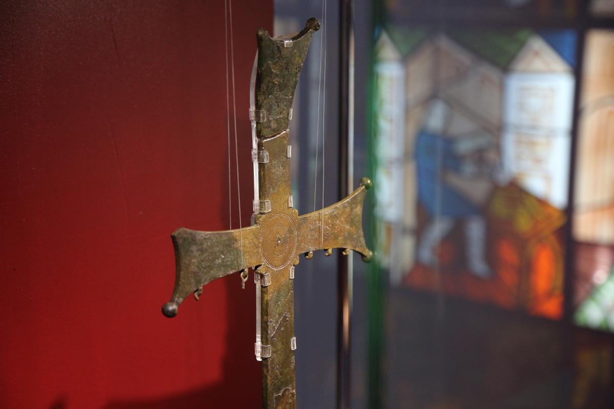 Процесійний хрест - одна з найдавніших знахідок з території Десятинної церкви / фото Віктор Ковальчук