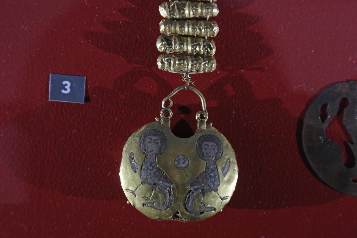 В околицях Десятинної церкви було знайдено близько десятка золотих і срібних скарбів / фото Віктор Ковальчук