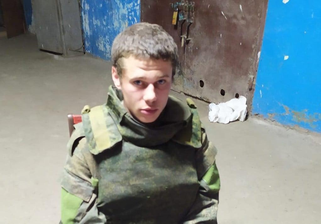 Российский наемник с автоматом сдался в плен ВСУ / фото Facebook Операция объединенных сил
