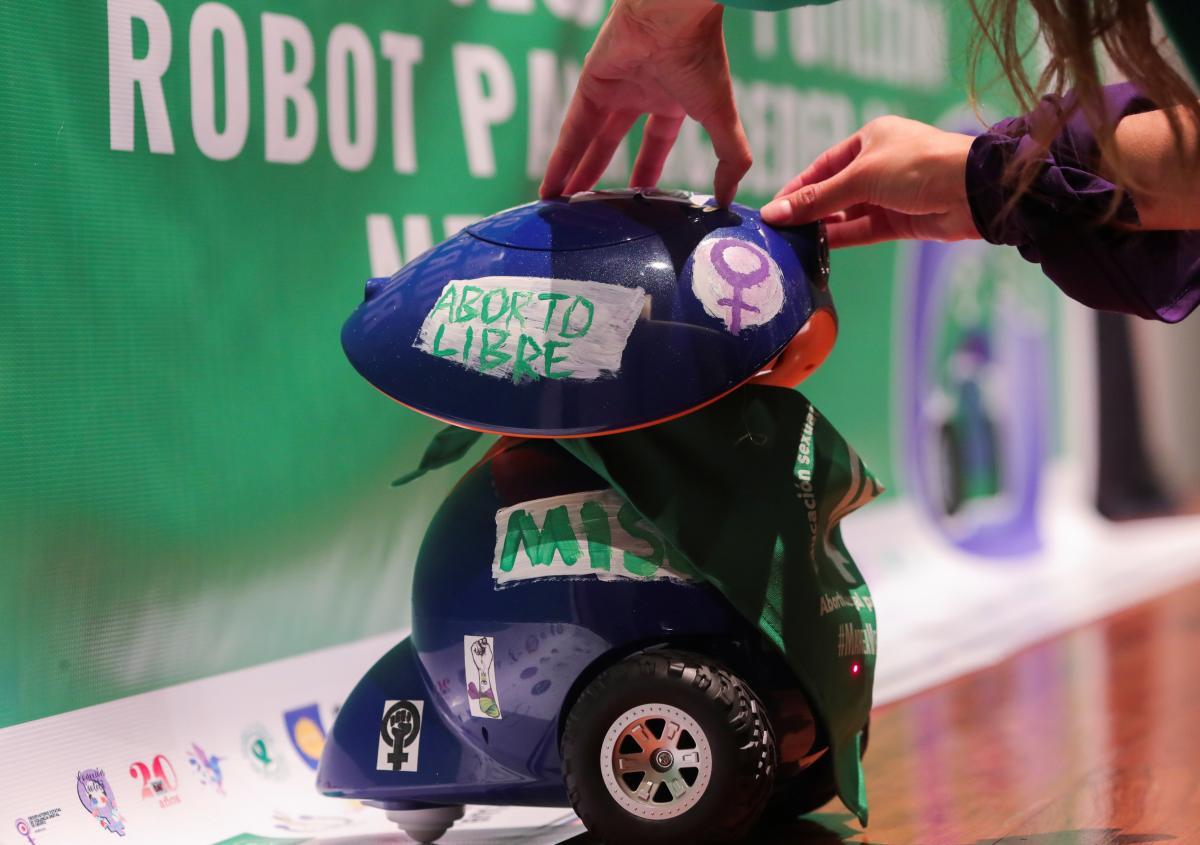Робот раздает жынкам таблетки для прерывания тяжести \ фото REUTERS