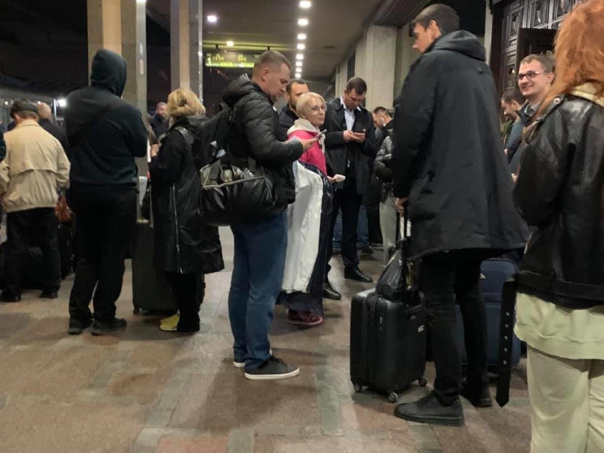 """Пасажирів """"Укрзалізниці"""" пересадили з вагону через нардепів / фото facebook.com/annasteshenko"""