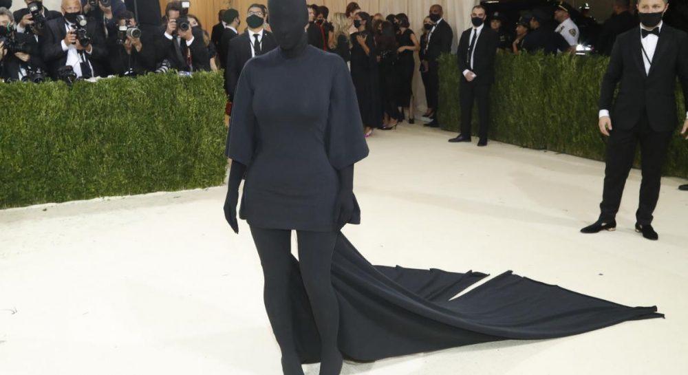 Упізнати було важко: Кардашьян з'явилась на Met Gala у стилі 'total black' і всіх шокувала (фото)