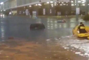 Спасатели на лодках и авто в воде: в Милане территория аэропорта превратилась в озеро (видео)