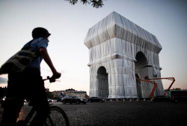 У Парижі публіці представили упаковану Тріумфальну арку (фоторепортаж, відео)
