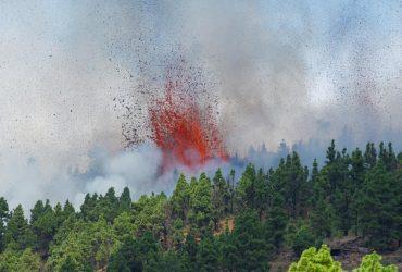 На Канарских островах началось извержение вулкана (фото)