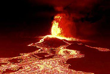 Вулкан на Канарах стал еще мощнее: фонтаны лавы бьют на несколько сотен метров (фоторепортаж)