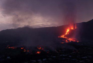 На Канарах снова извергается вулкан: лава приближается к морю (фоторепортаж, видео)