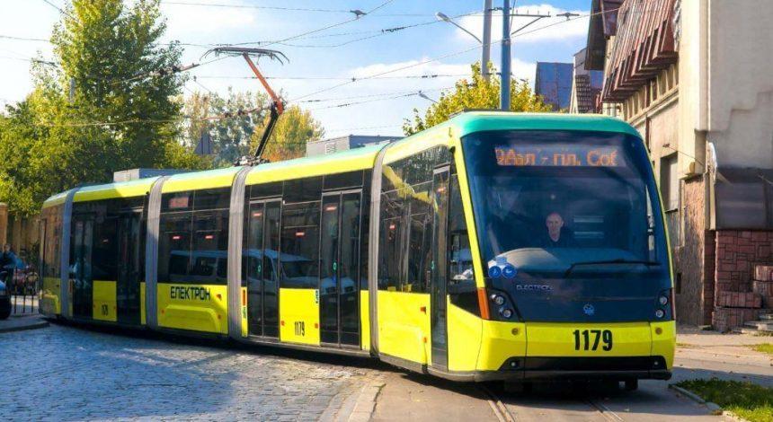 У Львові пасажири двічі запустили серце чоловіка, якому стало зле в трамваї (відео)