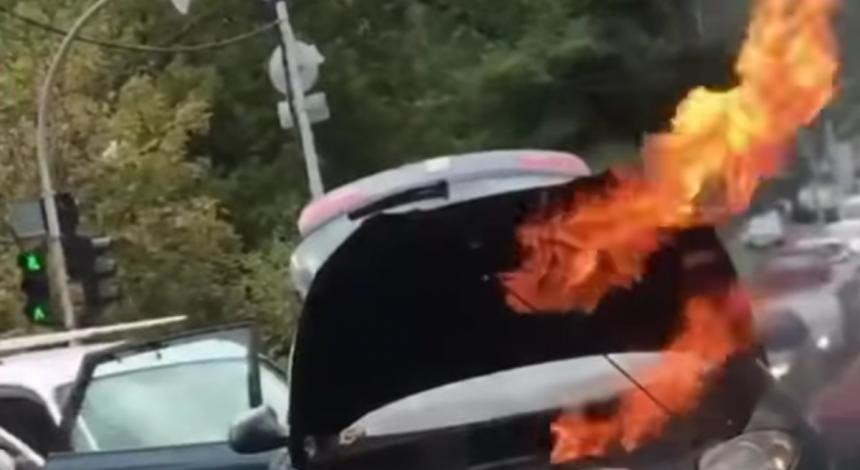 У Києві автомобіль спалахнув під час руху: моторошний інцидент показали на відео