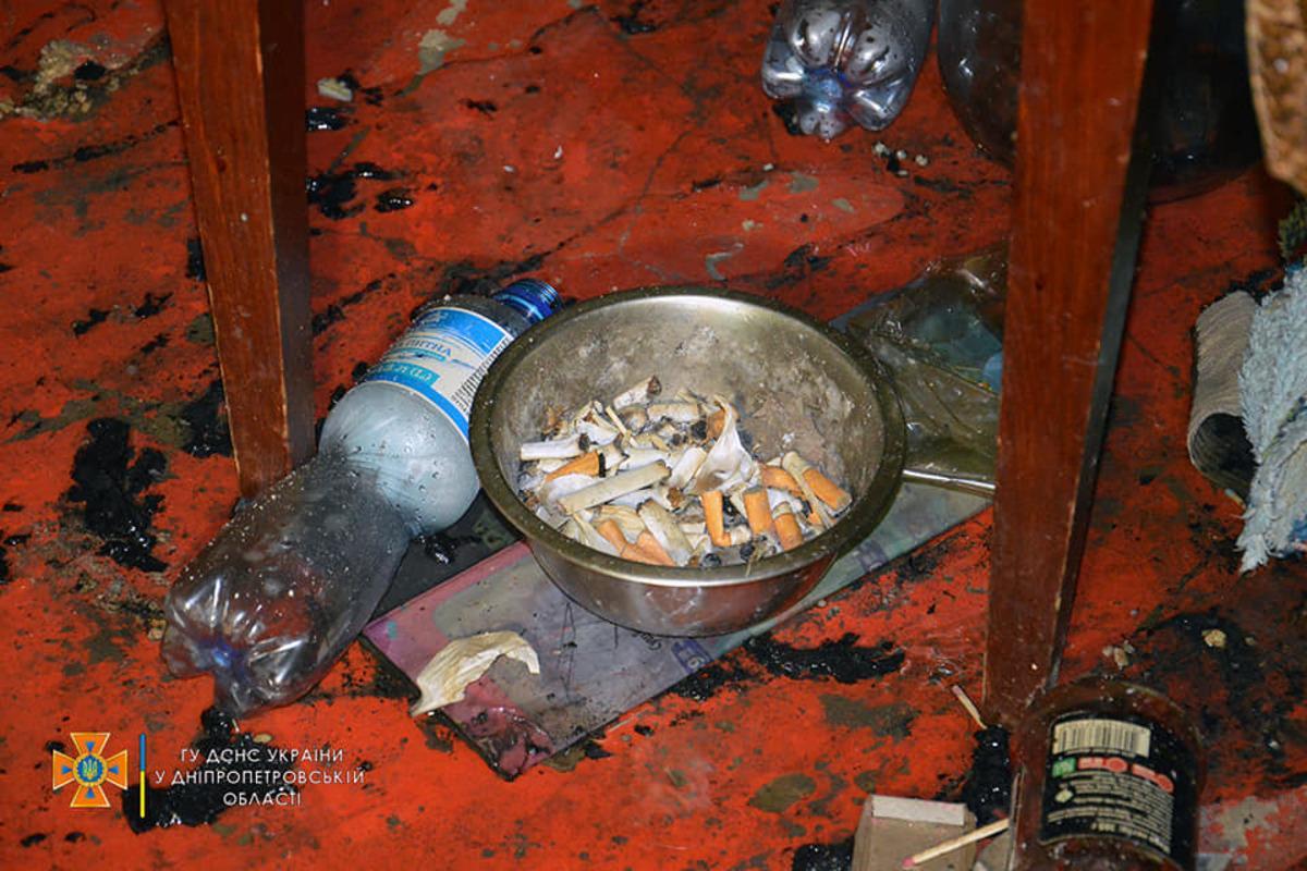 В Днепре в результате небольшого пожара погибли двоемужчин/ фото facebook.com/MNSDNE