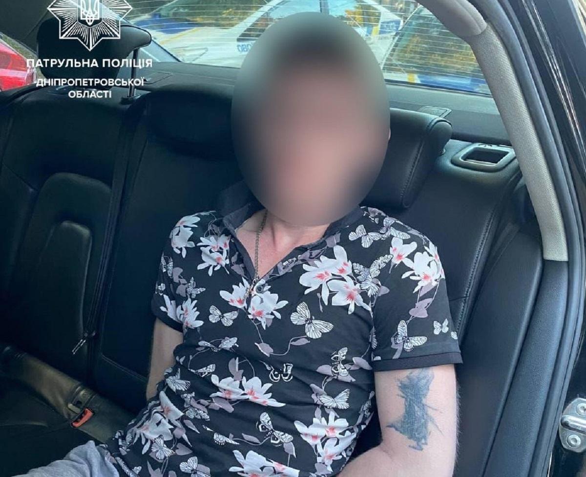 25-летнего гражданина задержали в чужой квартире, куда он ворвался, убегая от копов / фото Патрульной полиции