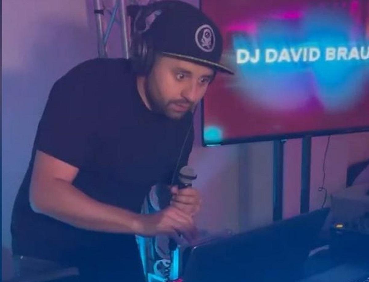 На вечірці голова партії, перевтілившись у DJ David Braun, зіграв обіцяний раніше діджей-сет / скріншот