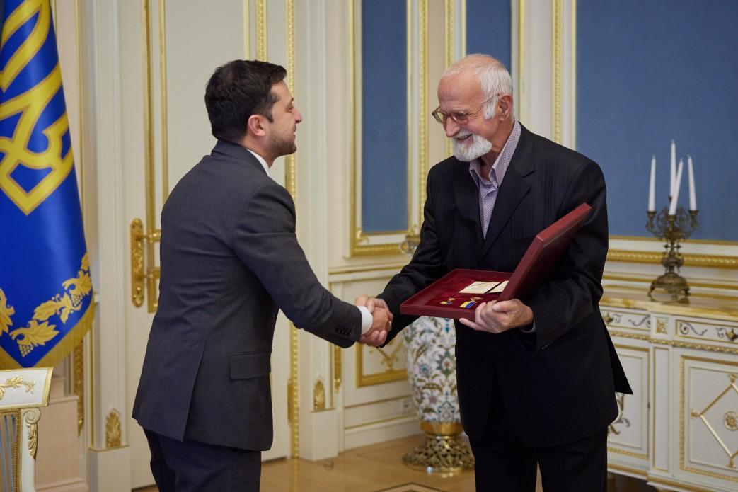 Глава государства передал награду погибшего певца его отцу Виктору Кузьменко / фото president.gov.ua