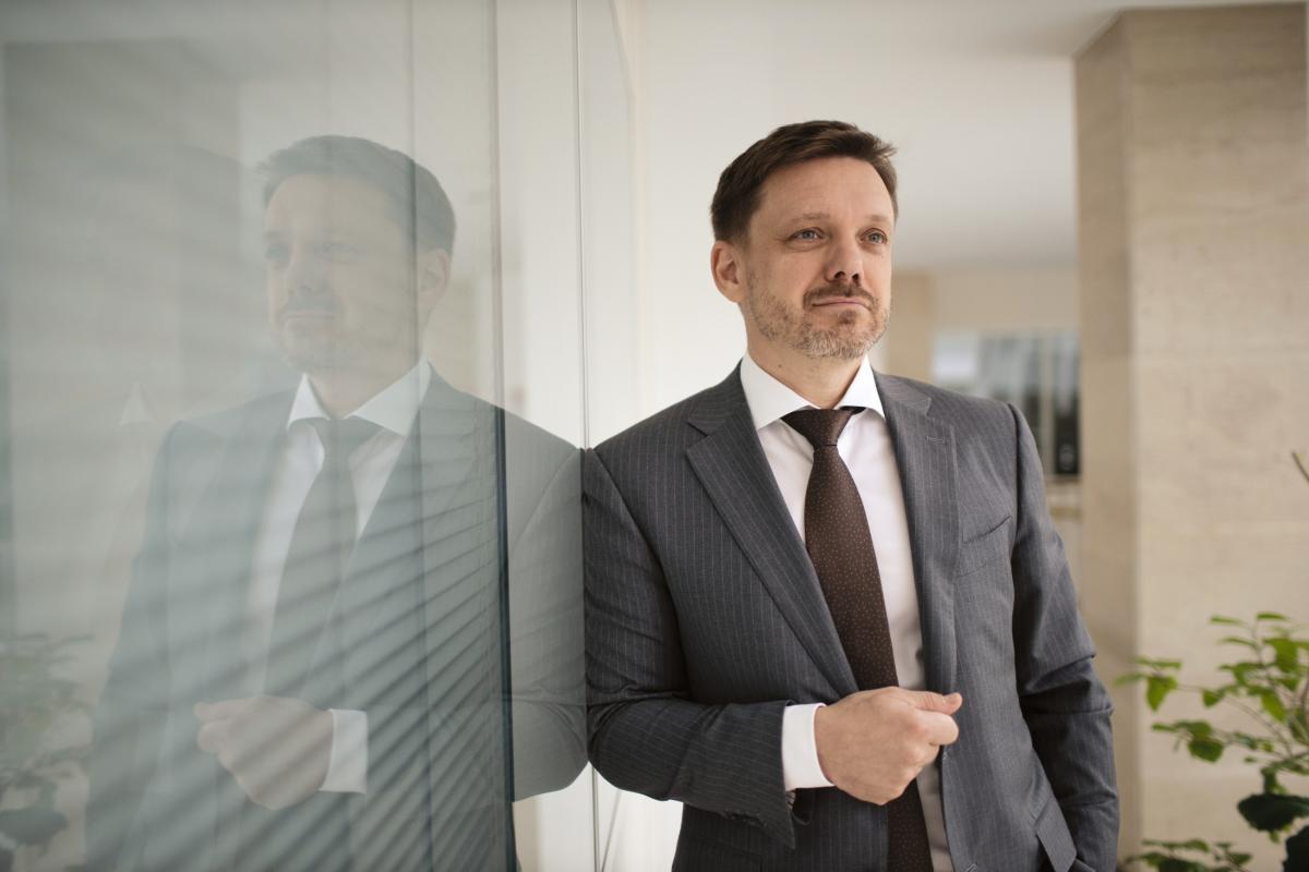 Мецгеру вручили подозрение по двум частям статьи о препятствовании законной профессиональной деятельности журналистов / фото eximb.com