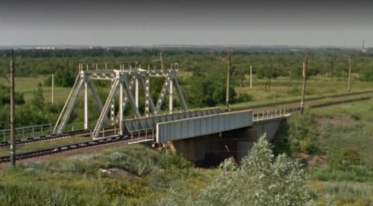 Скриншот Googlmaps – участок железнодорожных путей, где пассажира ссадили с поезда в пропасть