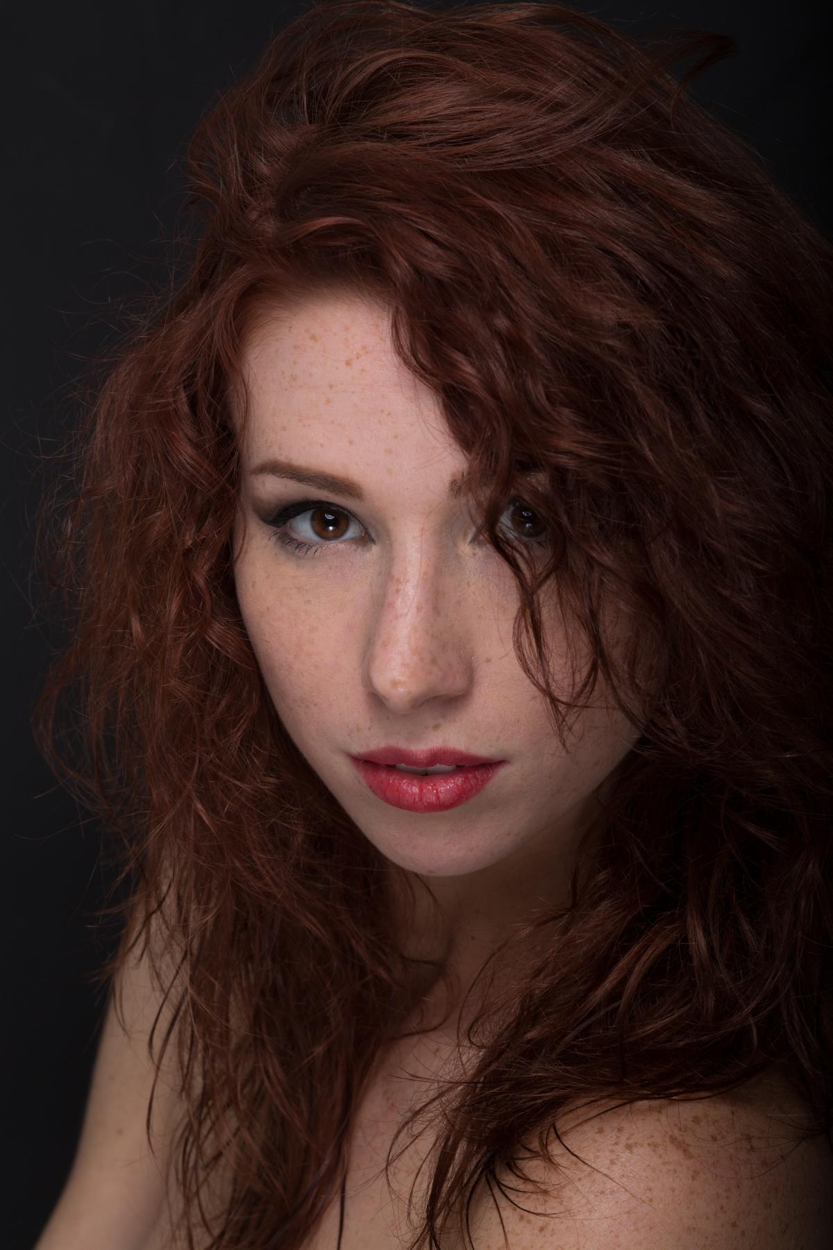 Цвет волос рыжий каштан / фото pexels.com