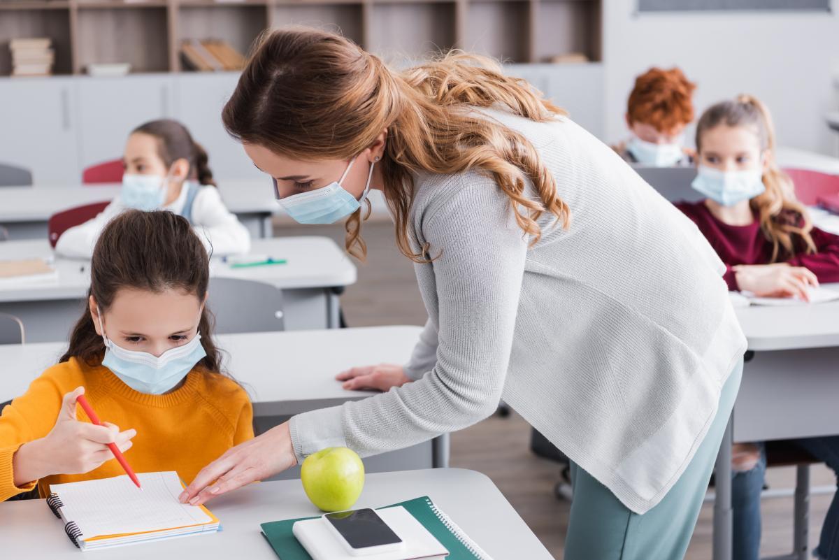 В школе важно не устанавливать ограждения между детьми, а контролировать в помещении температуру / фото ua.depositphotos.com